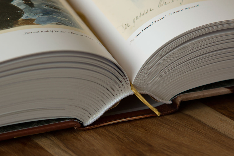 Buch mit Hardcover und Fadenheftung Kapitalband weiß