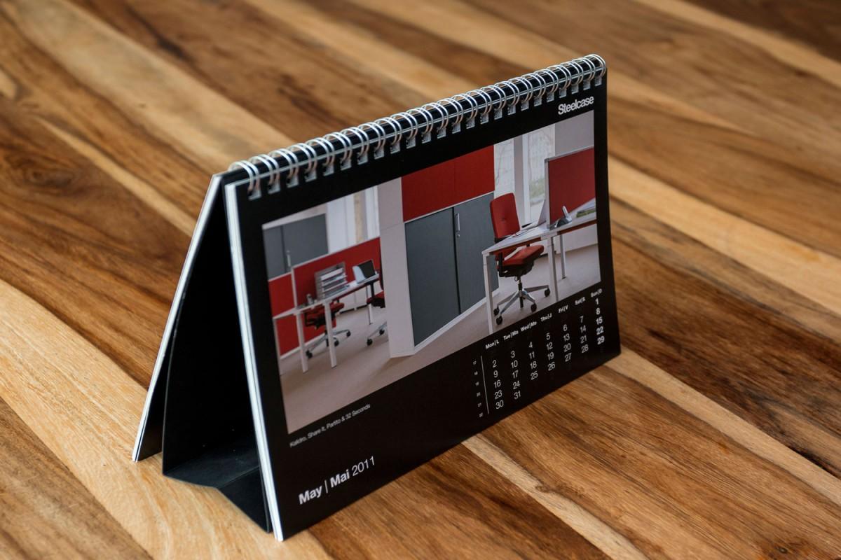 Tischkalender mit Wire-O Bindung an der langen Seite in silber matt