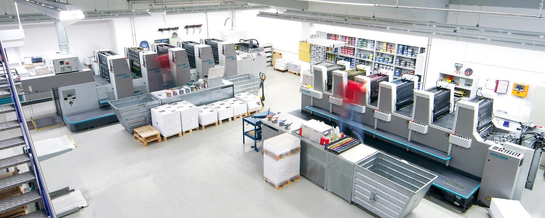Zwei Offset-Druckmaschinen im Drucksaal der Druckerei Rapp-Druck GmbH
