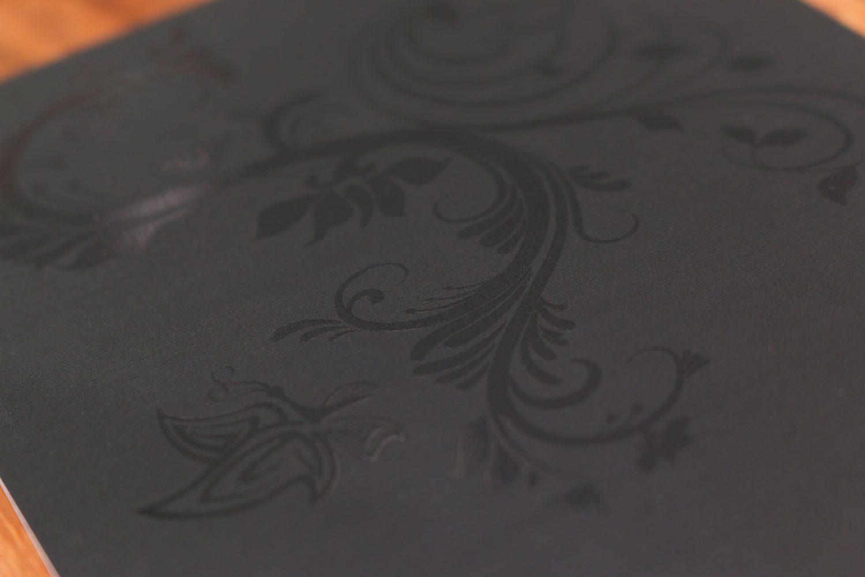 UV Relief Lackierung auf schwarz mattem Papier