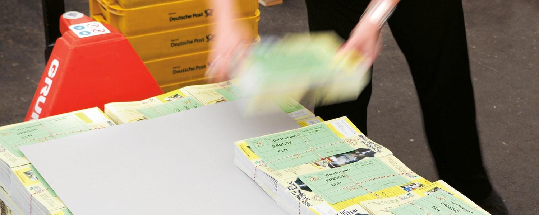 Versandvorbereitung eines Postvertriebsstücks für die Postauflieferung bei der Druckerei Rapp-Druck GmbH