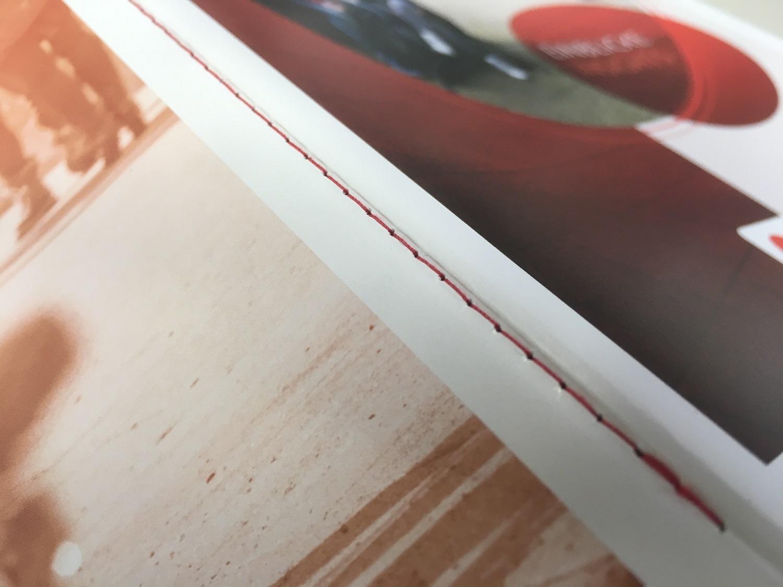 Druckerei Rapp-Druck Steppstich Naht mit rotem Faden durch den Rücken von außen