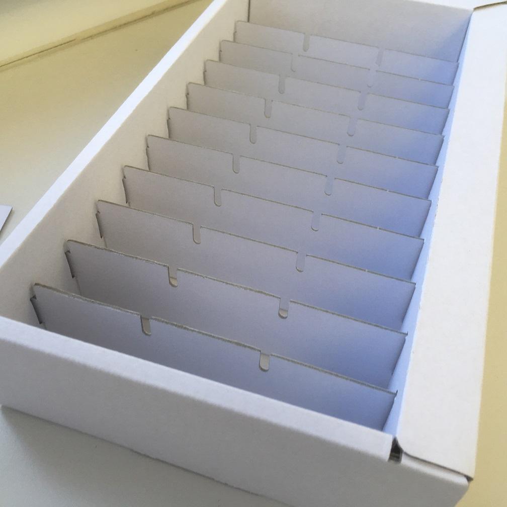 Schachtelproduktion der Druckerei Rapp-Druck Karton E-Welle unbedruckt Nahansicht