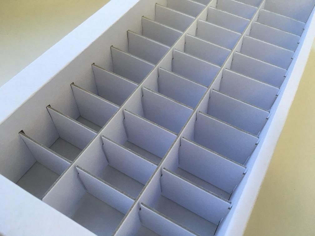 Schachtelproduktion der Druckerei Rapp-Druck Karton E-Welle unbedruckt Schrägansicht