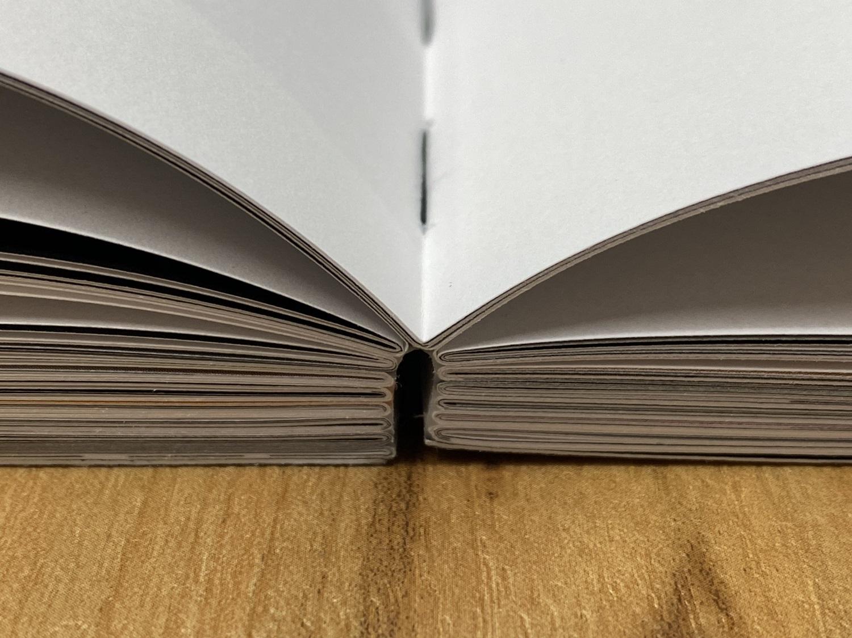 Broschüre mit offene Fadenheftung Ansicht Bund